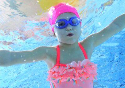 Pływanie, skakanie do basenu, nurkowanie, wyławianie zabawek pod wodą, pływanie z płetwami.