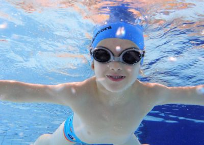 Nasz najbardziej odważny pływak. Uśmiech pod wodą - bezcenne.