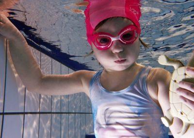 Nurkowanie dziecka w wieku 4 lat, pływanie w basenie.